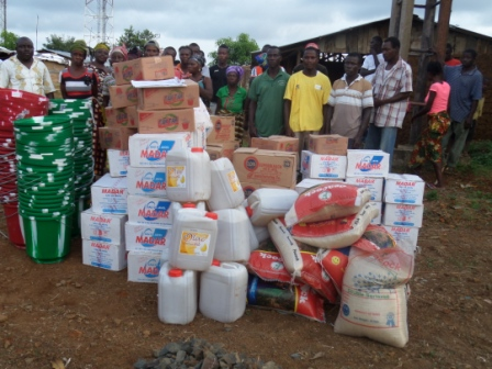 Ebola victims from 3 communities in the Mboo StatutoryDistrict receive donation in Towar Hill Community