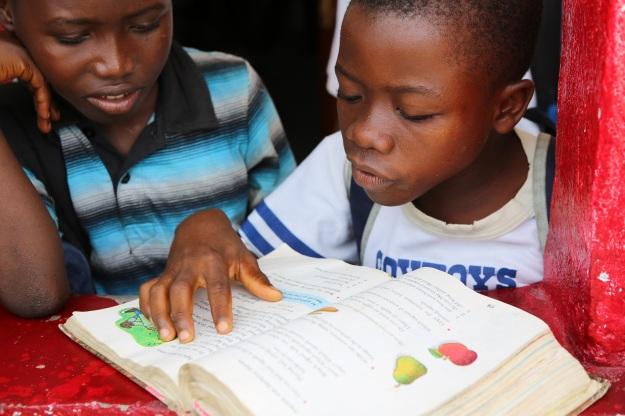 Stolt kille visar hur bra han läser.