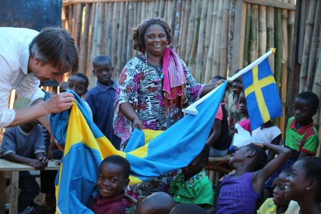 Mother Artis: Rektorn, Peter Henning och kidsen busar med flaggan.