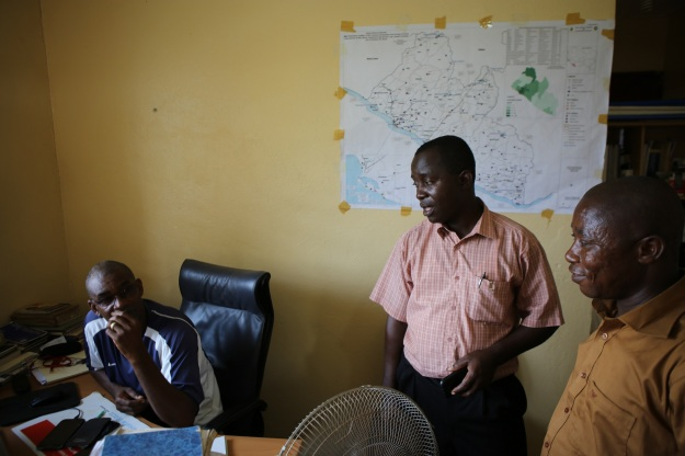 Ebolatack pågår med Momolu Vannie och journalisten Mr Baysah - vi är hos kartgänget som ska hjälpa oss visa mer.