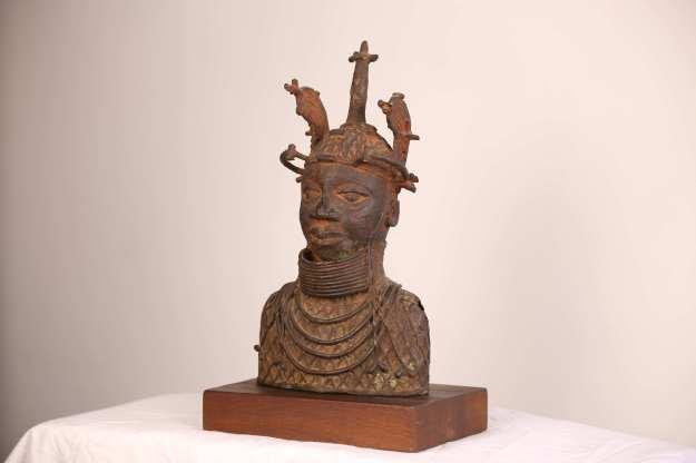 1 Staty - halvkropp33,5 cm hög 3,5kg, statyn Statyn 30cm, mahognyfoten 3,5cm