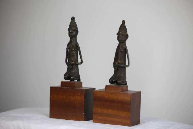 2 Man och kvinna26 cm hög 1,4kg totalt Statyn 16cm, mahognyfoten 10cm HÖGSTA BUD= 2500:-