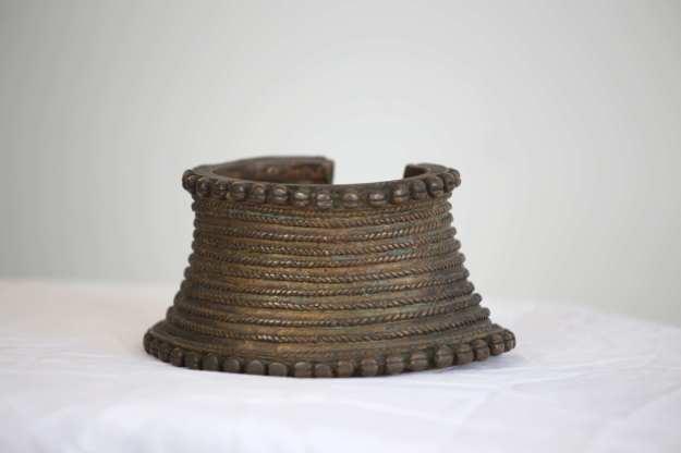 9 Halsband med mönster14 cm bred 1,1kg HÖGSTA BUD: 500:-
